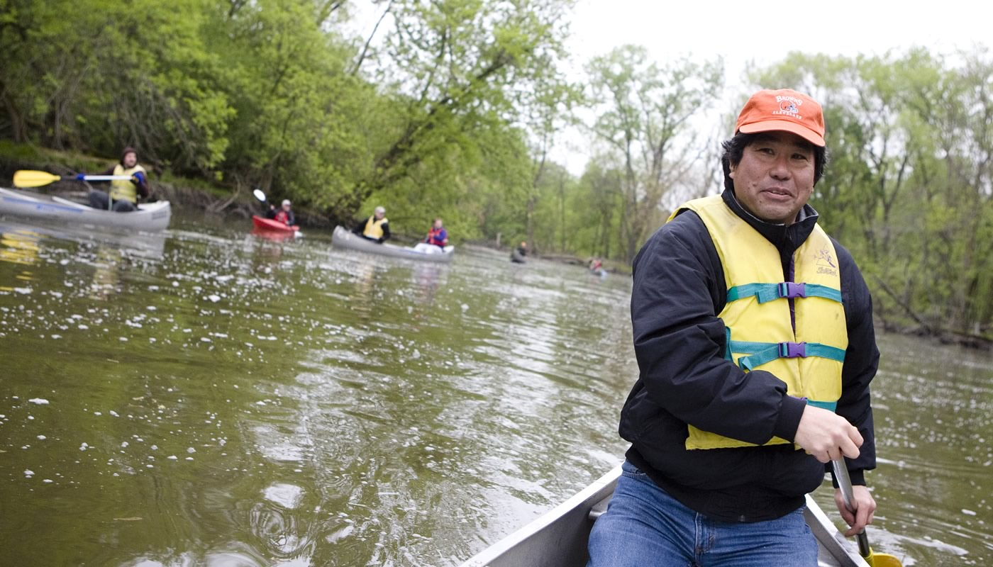 People canoeing and kayaking at Skokie Lagoons