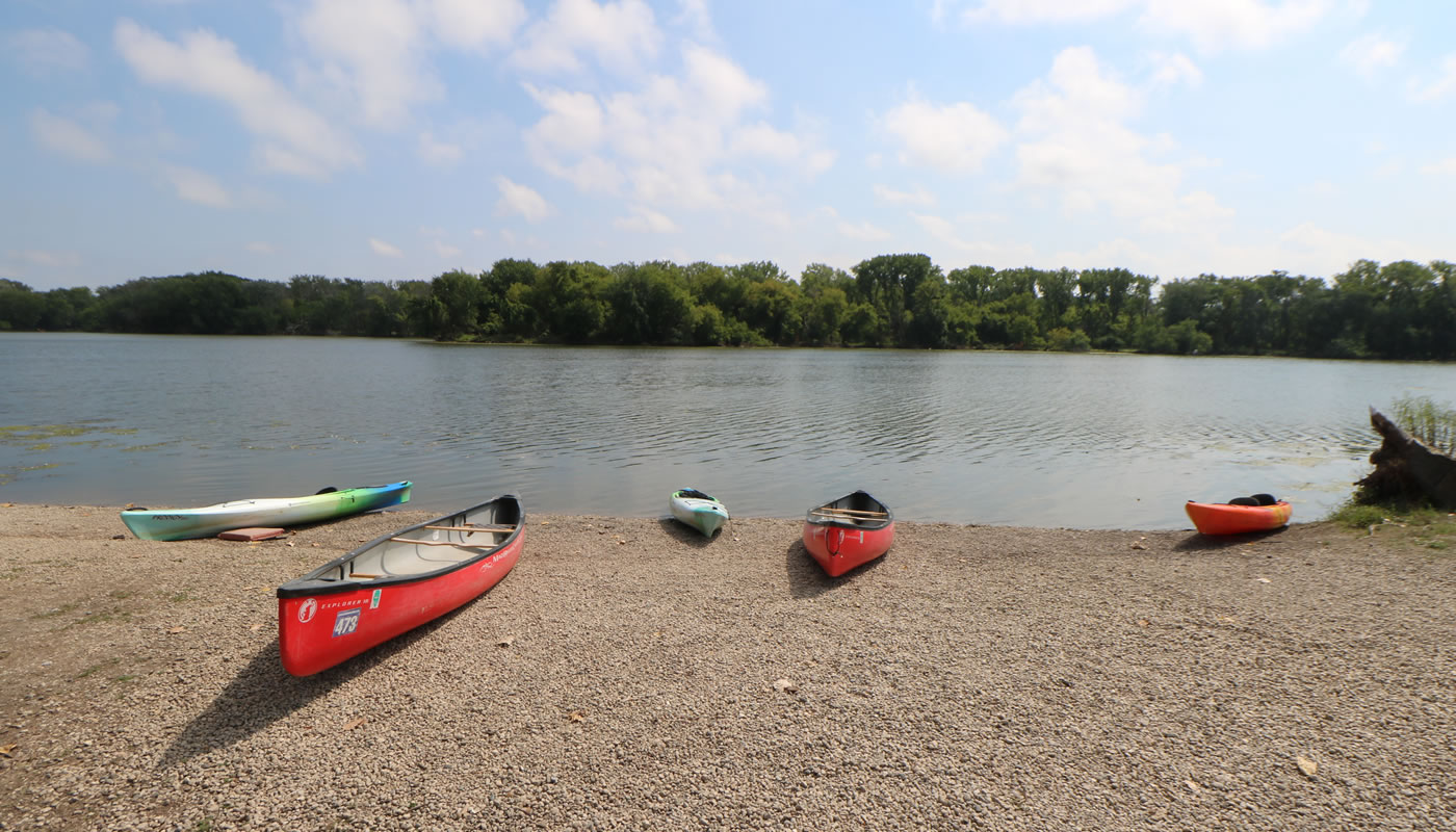 canoes and kayaks at the shore of Skokie Lagoons